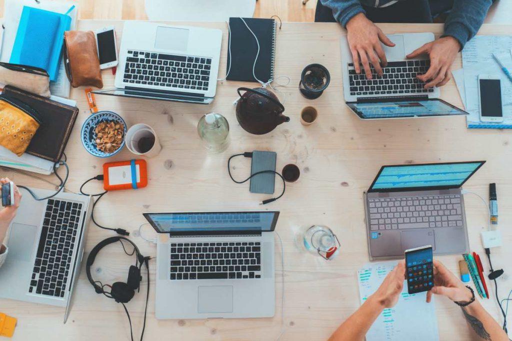 laptopy i ludzie